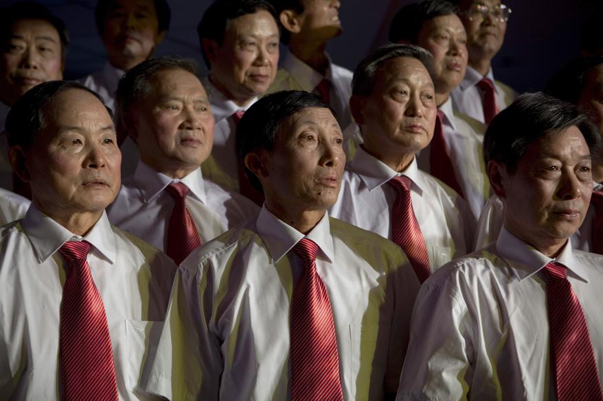 """Coral se prepara para competir em Festival de Canções Vermelhas na cidade de Chongqing. As """"canções vermelhas"""" são músicas folclóricas com letras adaptadas para exaltar a pátria comunista e seu líder imorredouro, Mao Tsé Tung"""