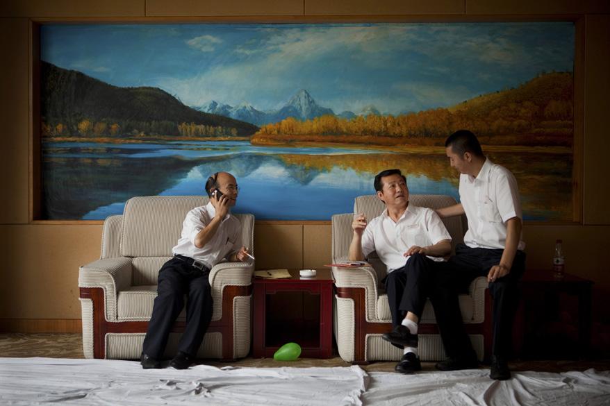 Funcionários do governo descansam em sala VIP durante o festival de músicas vermelhas de Chongqing: Pequim vê com bons olhos a onda de retomada do maoísmo