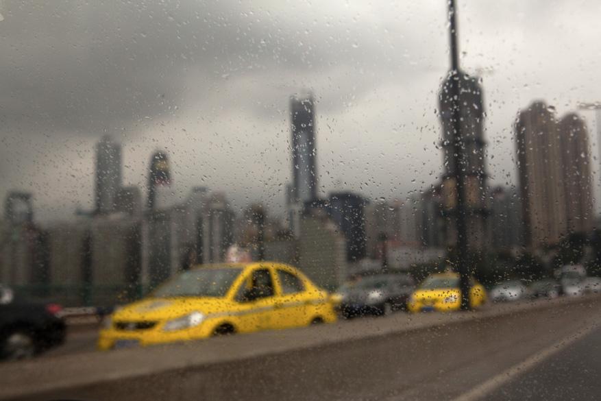 Num dia chuvoso, o paredão de prédios que forma o horizonte da cidade Chongqing parece ainda mais cinza