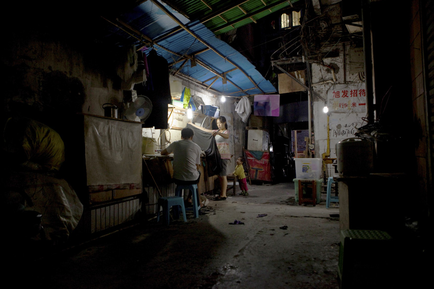 Mulher trabalha em oficina de costura improvisada no centro de Chongquing: o milagre chinês aumentou a distância entre ricos e pobres