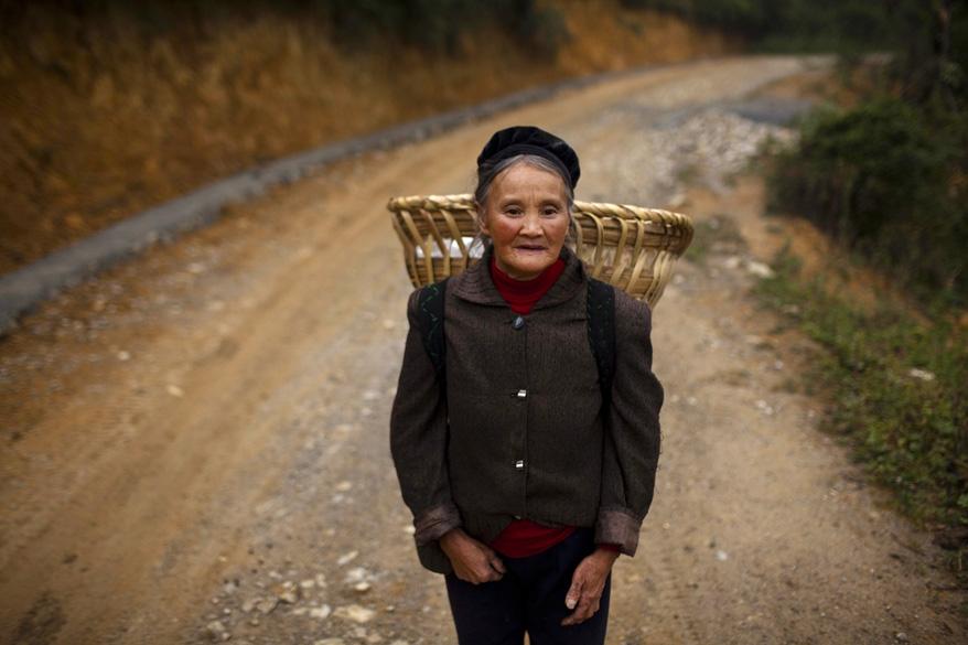 Em Heshan, praticamente só vivem idosos e crianças. Os adultos foram trabalhar na cidade. Carros não chegam à vila. Para chegar lá, é preciso ir de moto ou caminhar duas horas a pé, partindo da cidade mais próxima