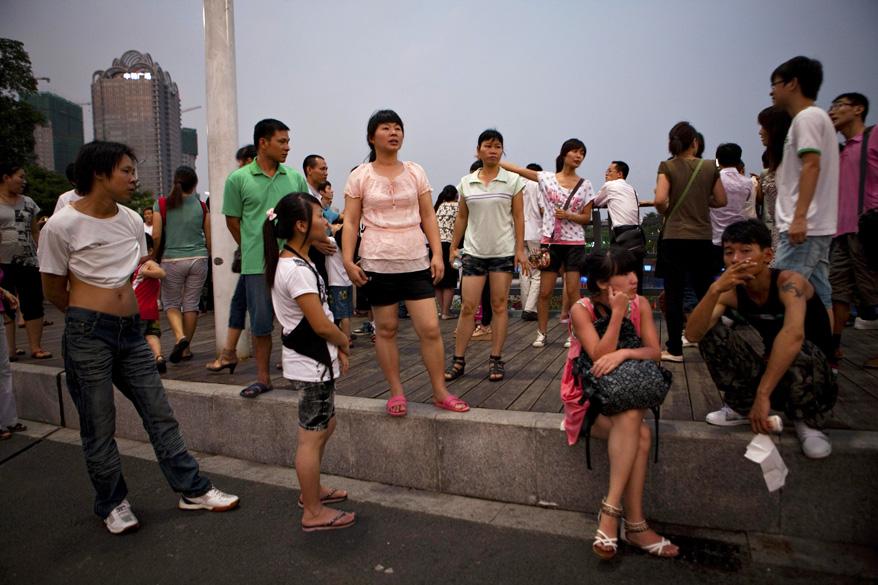 Jovens na praça principal de Guangzhou, capital da província de Guangdong, a mais liberal e mais rica da China