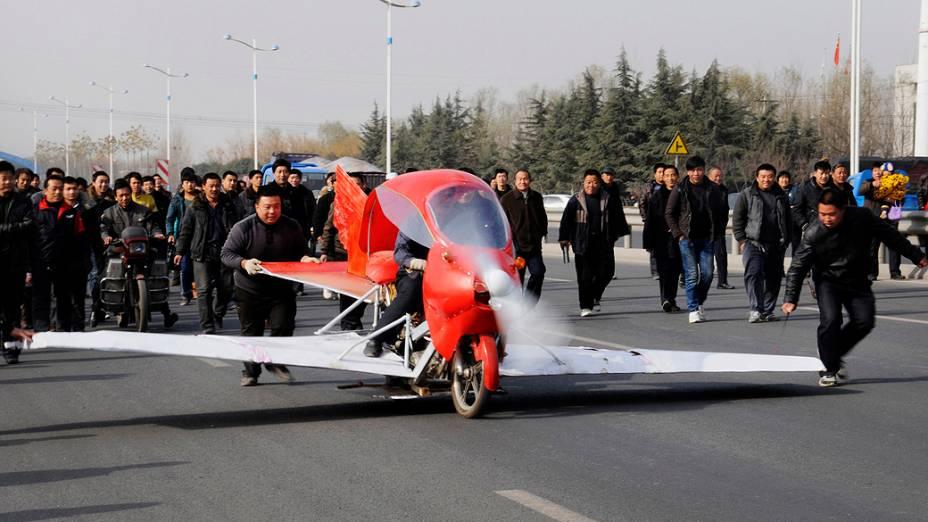 O chinês Zhang Xuelin pilota o avião que ele mesmo construiu durante um teste, nesta sexta-feira (30), em Jinan