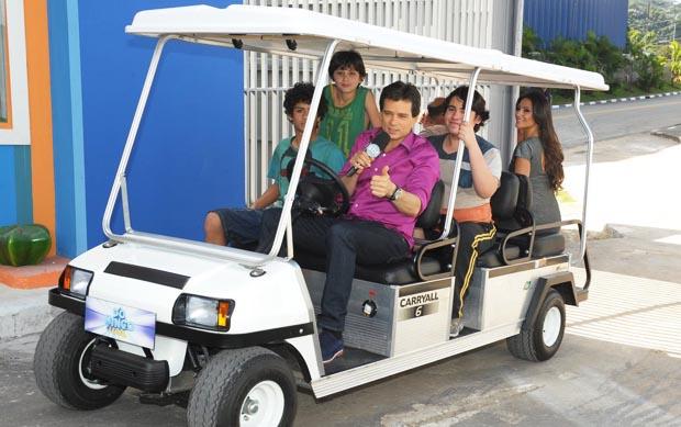 Celso Portiolli, do Domingo Legal, passeia pela cidade cenográfica de Chiquititas com elenco da novela, que estreia nesta segunda-feira, 15 de julho