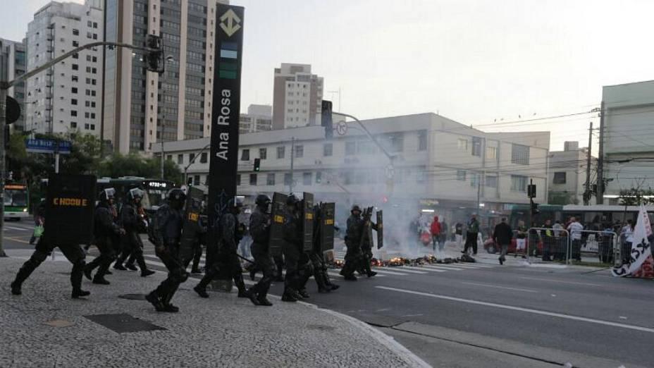 Manifestantes que fechavam a Rua Vergueiro entram em confronto com o Choque da PM