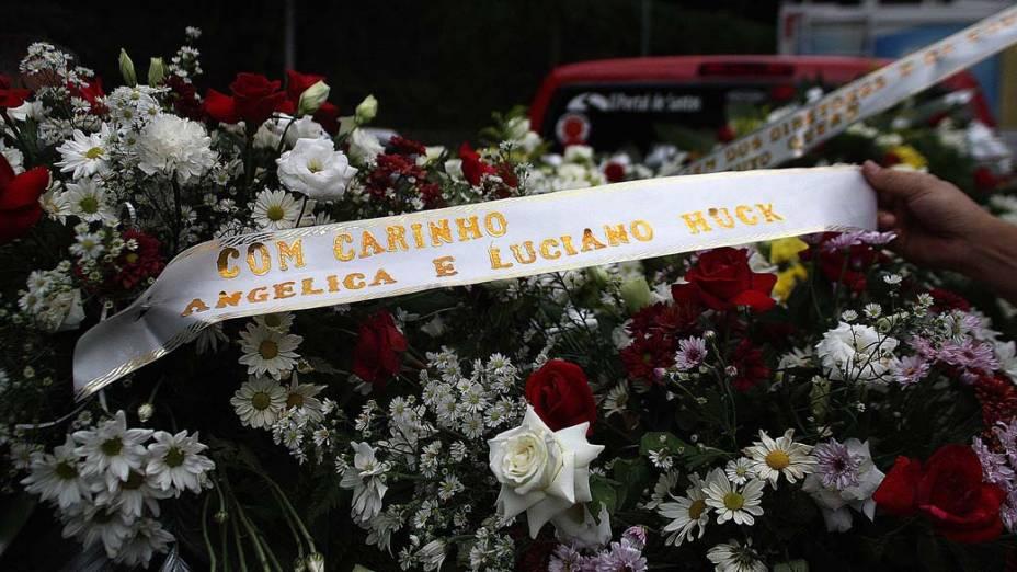 Coroa de flores mandada pelos apresentadores Angélica e Luciano Hulk chega ao ginásio Arena Santos