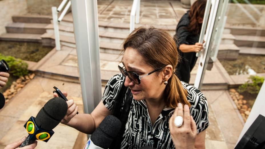 Sonia Abrão, prima do vocalista da banda Charlie Brown Jr. chega no prédio onde ele foi encontrado morto, em Pinheiros