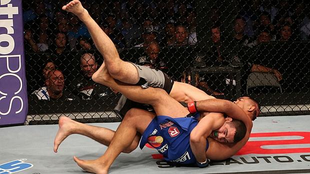 Chris Weidman (por cima) enfrentando Mark Muñoz