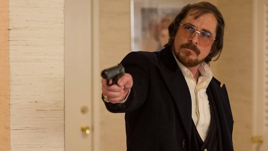 O ator Christian Bale no filme Trapaça