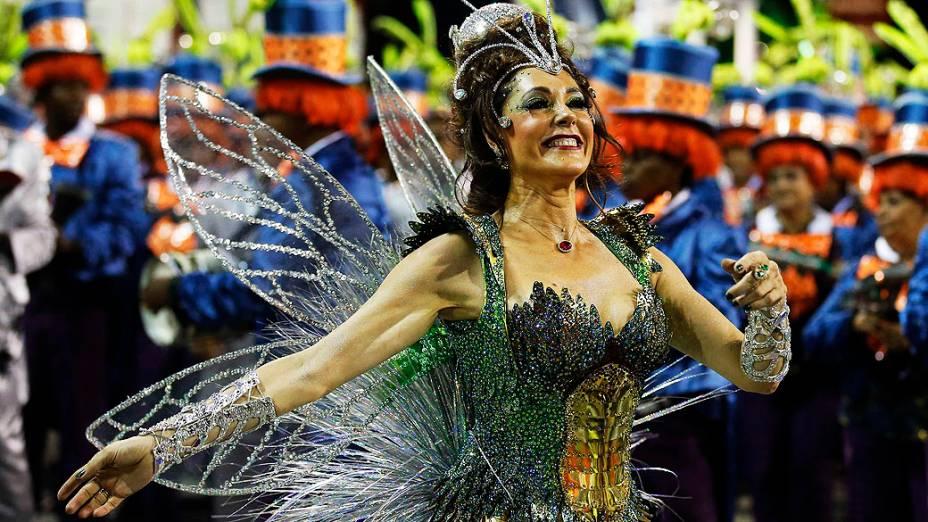 Christiane Torloni é a rainha de bateria da Grande Rio, na Marquês de Sapucaí