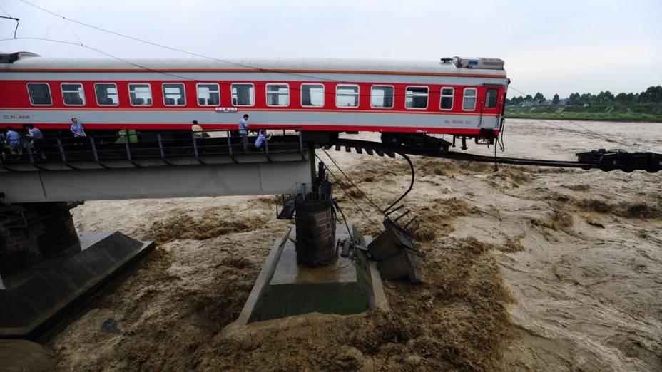 Trem em ponte destruída pelas águas, em Guanghan, no sudoeste da China. A área está sendo atingida por enchentes