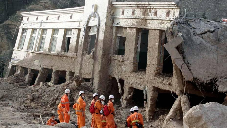 Bombeiros chineses buscam por sobreviventes de deslizamentos na cidade de Zhouqu, no nordeste da China. A região está sendo atingida por pesadas enchentes que já mataram centenas e deixaram cerca de mil desaparecidos