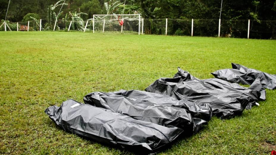 Corpos das vítimas do bairro de Posse são agrupados no campo de futebol em Teresópolis, Rio de Janeiro - 13/01/2011