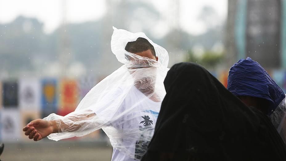 Público enfrenta chuva durante o segundo dia do Festival Lollapalooza 2015, no Autódromo de Interlagos, em São Paulo