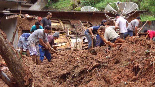 Moradores procuram parentes soterrados em Cachoeirinha, no alto da serra de Nova Frigurgo, Rio de Janeiro - 12/01/2011<br>