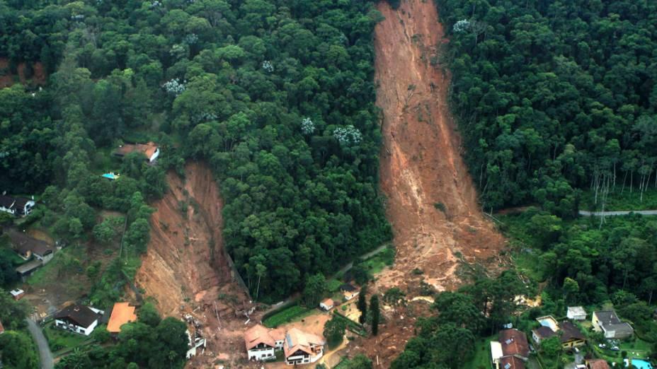 Foto aérea mostra deslizamento de terra em Nova Friburgo, Rio de Janeiro - 13/01/2011