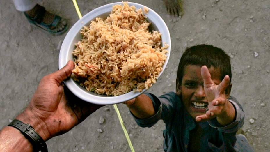 Criança em campo de desabrigados em Sukkur, no sul do Paquistão. Segundo metereologistas locais, as águas das enchentes devem recuar até o final de agosto