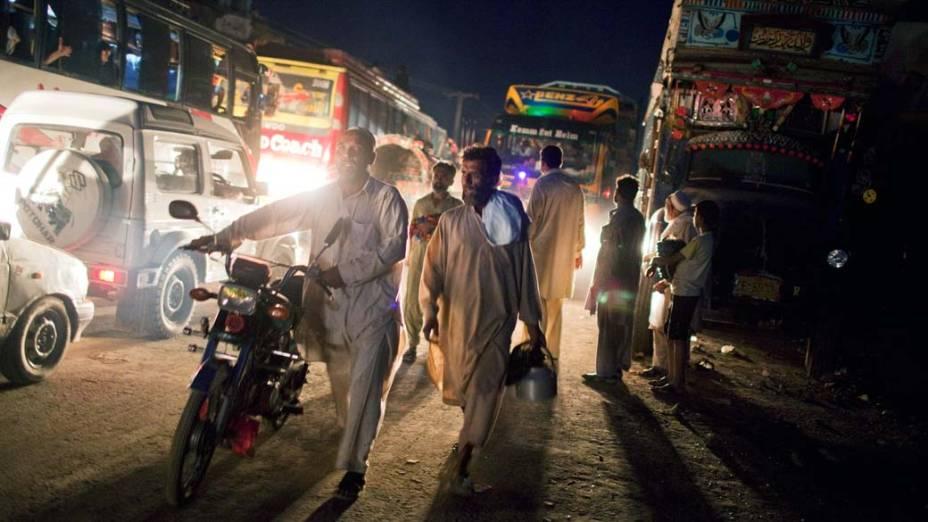Habitantes de Nowshera deixam suas casas devido às enchentes que afetam o Paquistão