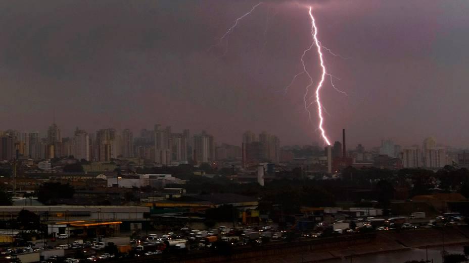 Raio cai na região da Lapa, chuva deixa parte de SP em atenção e causa pontos de alagamento