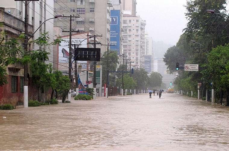 Rua completamente alagada no bairro de Icaraí em Niterói, no Grande Rio.