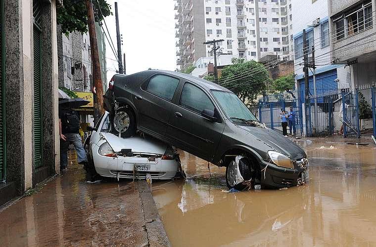 A enxurrada arrastou carros na rua Senador Furtado, nos arredores da Praça da Bandeira, no Rio de Janeiro.