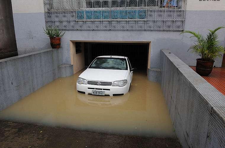 Garagem inundada no bairro do Maracanã, no Rio.