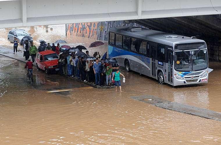 Pedestres ilhados na região central do Rio.