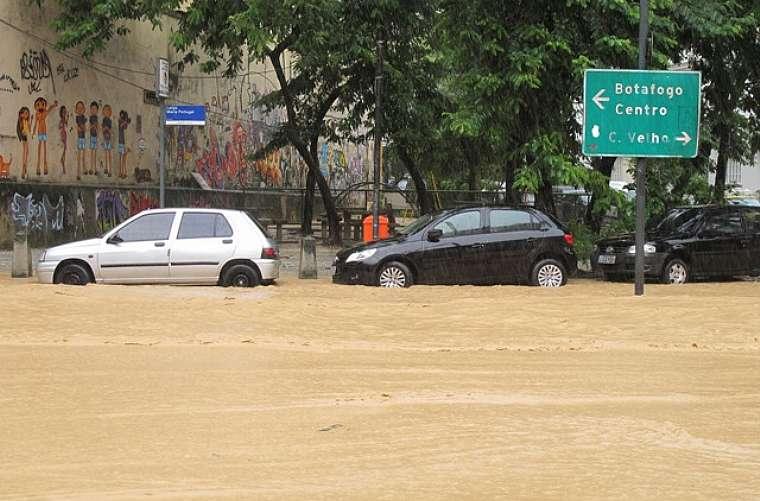 A inundação na rua das Laranjeiras.