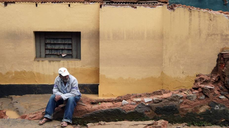 Morador senta nos destroços de sua casa após as fortes chuvas que atingiram Teresópolis, Rio de Janeiro - 13/01/2011