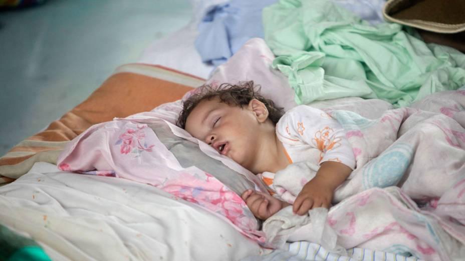 Moradores dormem em abrigos, após fortes chuvas que atingiram Teresópolis, Rio de Janeiro - 13/01/2011