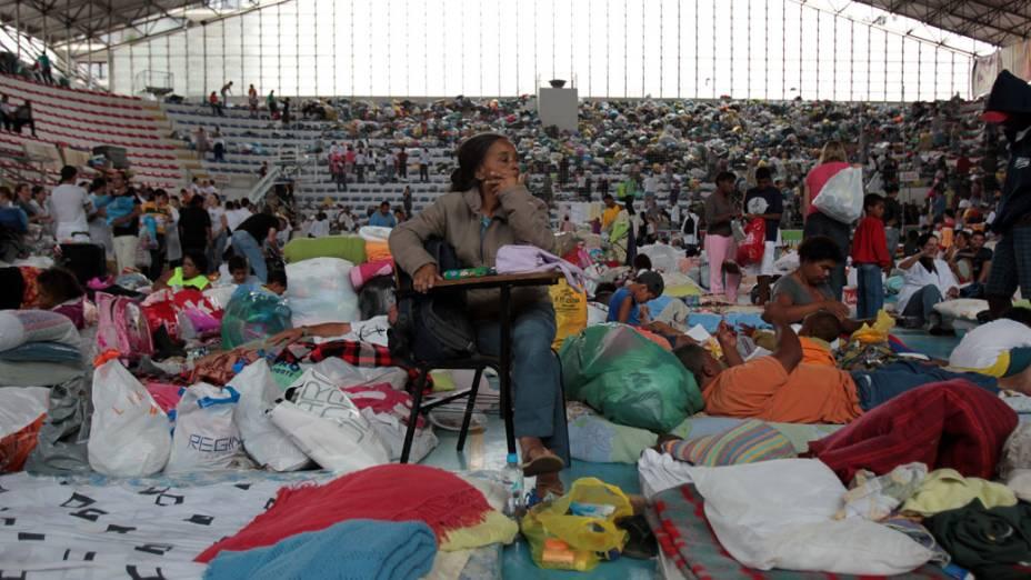 Moradores abrigam-se em ginásio, após fortes chuvas que atingiram Teresópolis, Rio de Janeiro - 13/01/2011