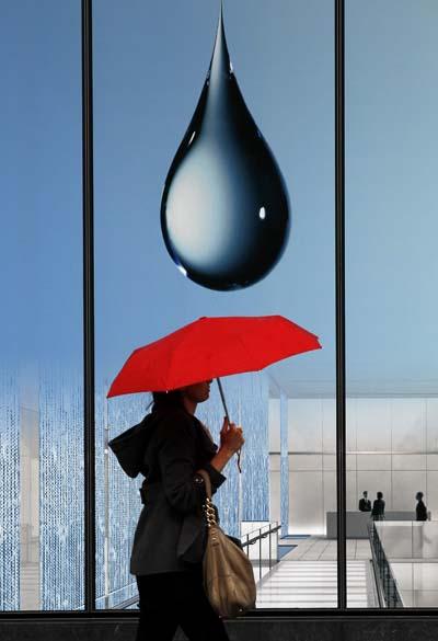 Mulher caminha em dia chuvosa na cidade de Washington, Estados Unidos