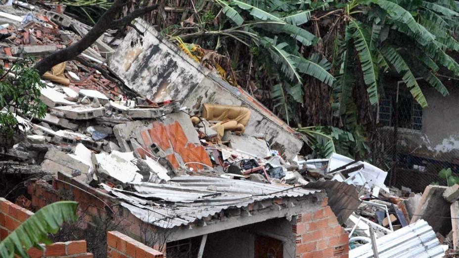 Um prédio residencial de dois andares desabou no início da madrugada desta segunda-feira no bairro Caiçara, região noroeste de Belo Horizonte, deixando ao menos uma pessoa morta