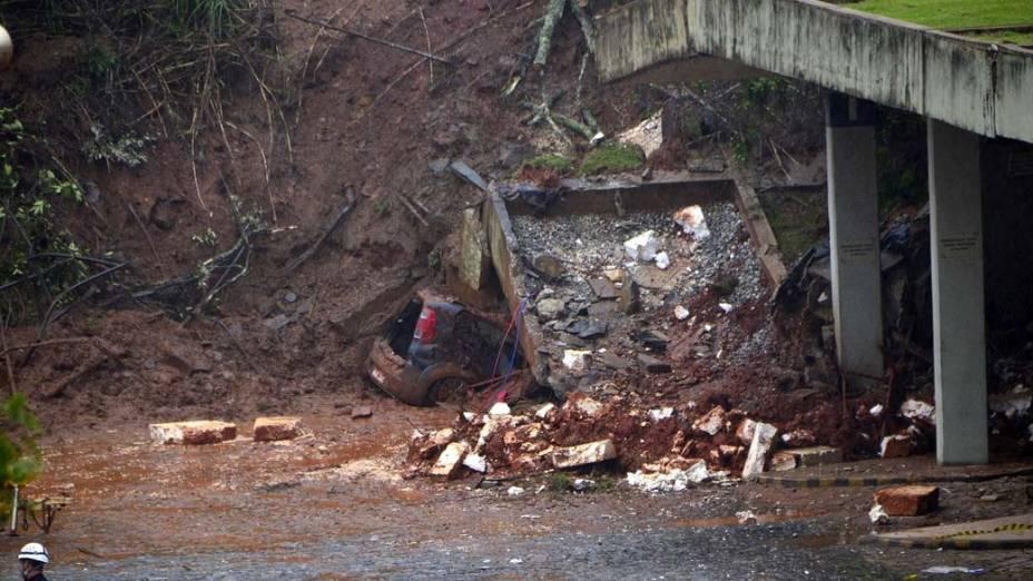 Um grande deslizamento de terra atingiu a rodoviária de Ouro Preto, região central do estado de Minas Gerais