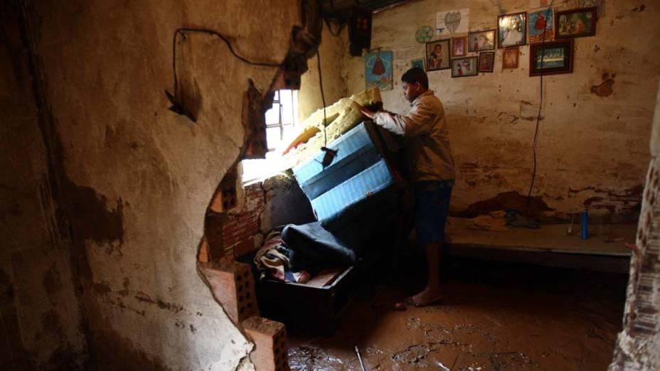 Moradores da cidade de Sabará, região metropolitana de Belo Horizonte, fazem rescaldo após chuva. O Rio das Velhas transbordou e invadiu casas em quatro bairros da cidade