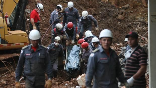 Bombeiros resgatam corpo de Denílson Araújo, o segundo taxista soterrado após deslizamento de terra na rodoviária de Ouro Preto