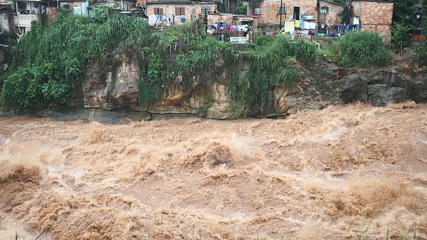 Chuva provoca transtornos em Belo Horizonte. Na foto, o Rio Arrudas, próximo ao bairro Granja de Freitas