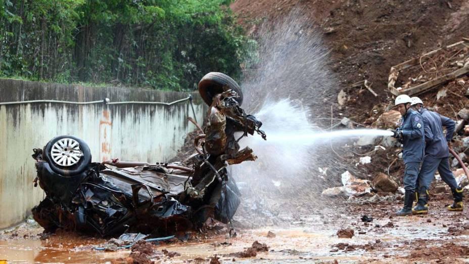 Bombeiros resgatam corpo de taxista sob escombros de rodoviária, em Minas Gerais