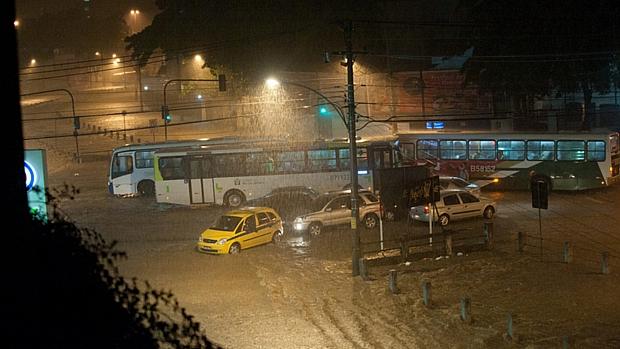 Forte chuva transborda o Rio Joana, na Tijuca, no cruzamento da Rua São Francisco Xavier com Manuel de Abreu.