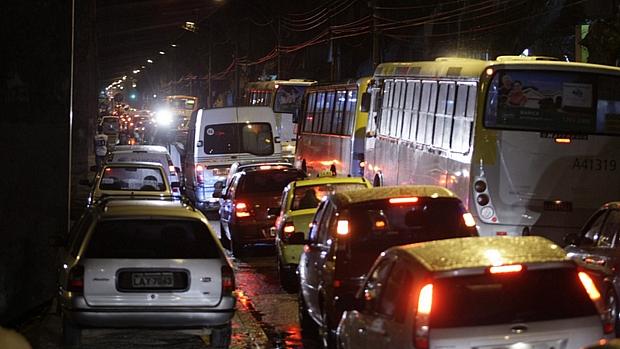 Chuvas causam transtornos no Rio de Janeiro. Motoristas ficam engarrafados debaixo do Elevado Paulo de Frontin.