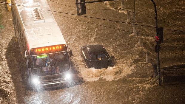 Forte chuva na cidade deixa o Rio Joana, na Tijuca, zona norte da cidade, inundado, próximo a Rua São Francisco Xavier.