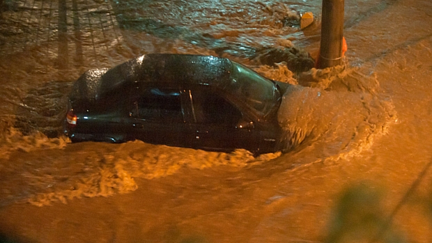 Carro é encoberto pela água na Tijuca: em quatro horas, choveu o volume equivalente a 40 dias na região.