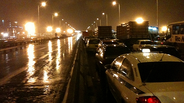 Trânsito complicado na noite desta segunda-feira na Ponte Rio-Niterói: motoristas levaram até duas horas para percorrer a ligação entre as duas cidades.