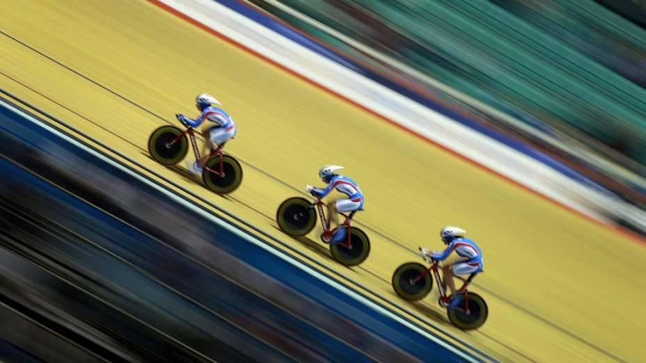 Ciclistas participam de etapa feminina durante a Copa do Mundo de ciclismo em Manchester, na Inglaterra