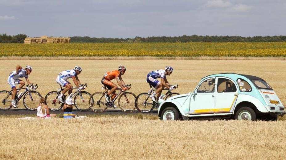 Na França, ciclistas durante percurso entre as cidades de Le Mans e Chateauroux, na sétima etapa da corrida de ciclismo Tour de France