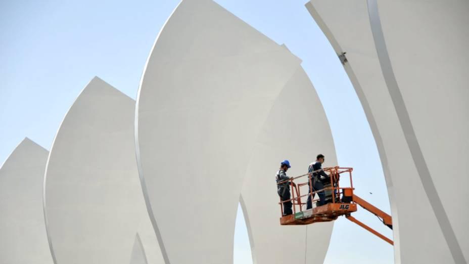 A Cidade do Rock na reta final para o festival: funcionários preparam as torres em frente ao palco principal do Rock in Rio