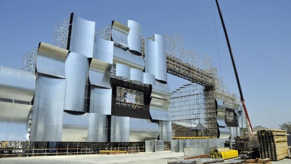 A montagem do palco principal se destaca na Cidade do Rock