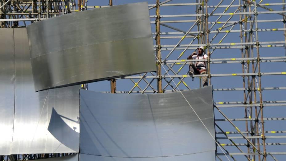 Operários montam o cenário metálico do palco principal do festival