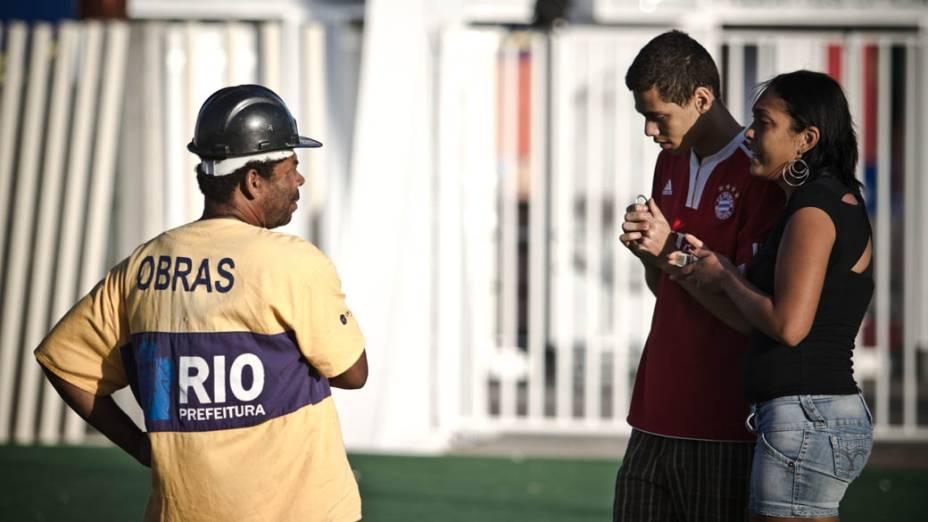 Cambista, com fardamento da Prefeitura, vende ingressos para jovens que foram à Cidade do Rock na esperança de conseguir entradas para os próximos dias do Rock in Rio
