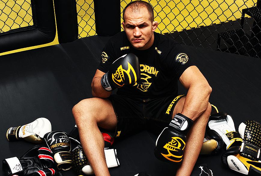 Júnior Cigano, campeão peso-pesado do UFC, treina  em academia de São Paulo